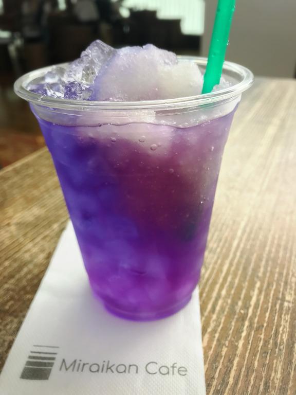 実験ドリンク 紫色に変化していく